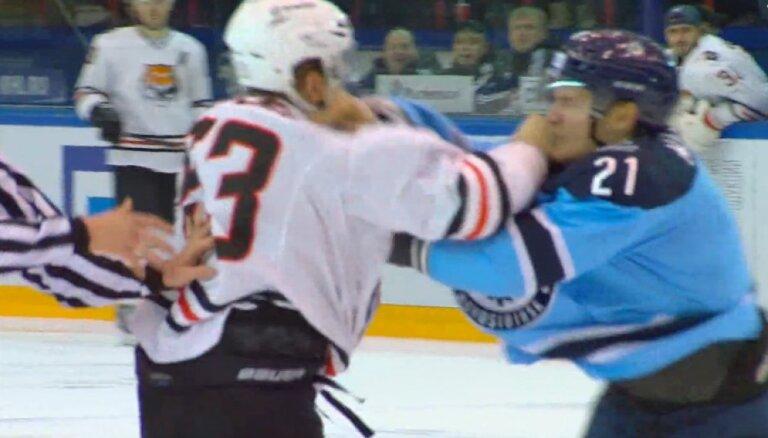 Video: Asa dūru izvicināšana KHL mačā