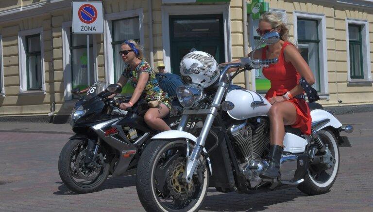 ФОТО: в Вентспилсе прошел заезд байкеров-нудистов