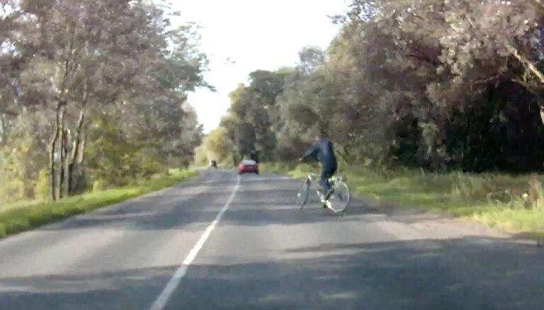 Video: Nestabils velosipēdists pārbauda autovadītāja reakciju