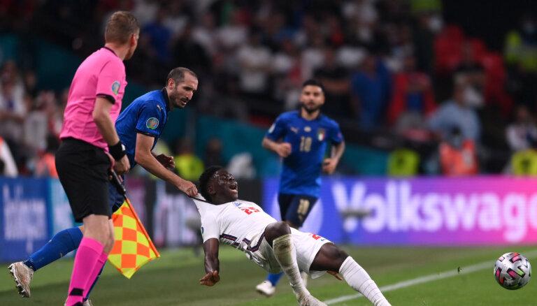 """""""Иди сюда, сынок"""". Момент с финала ЕВРО-2020 стал вирусным в сети"""