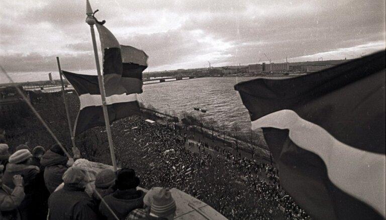 В Риге зажгли костер в память о дне противостояния Латвии и СССР (видео, фото)