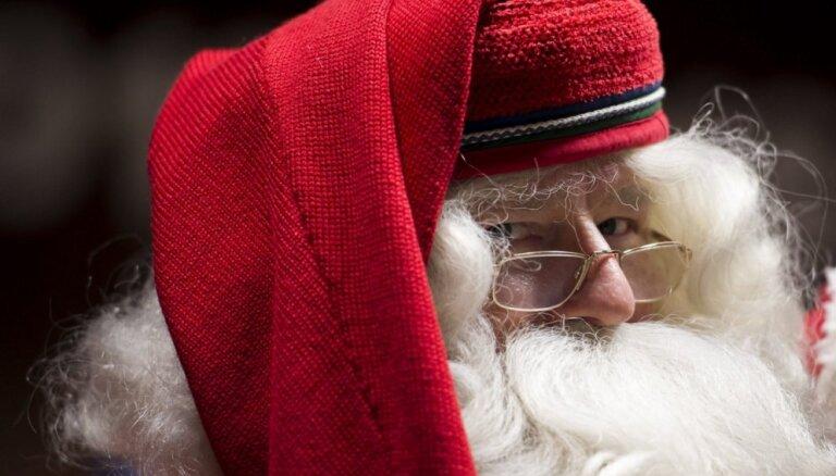 """ВИДЕО: Деда Мороза в Казани оштрафовали за поездку в санях, прицепленных к """"Мерседесу"""""""