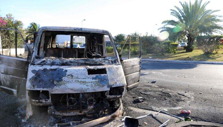 Francijas nodokļu celšanas dēļ Indijas okeāna salu pārņem nemieri