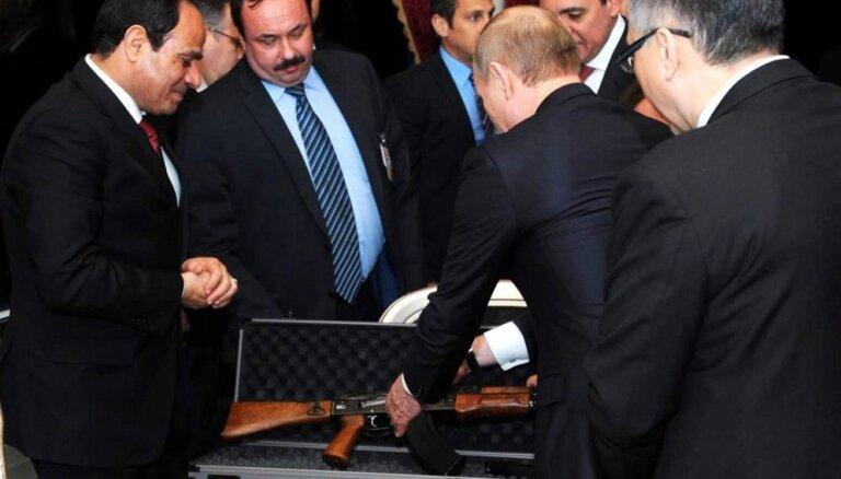 Putins viesojas pie Sisi, uzdāvina 'kalašņikovu'