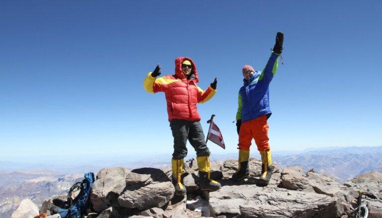 Trakie latvieši Toms un Madars, kas uzkāpuši augstākajās virsotnēs un plāno pieveikt Jukonas upi
