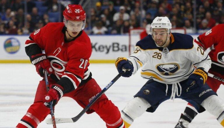 Balceram 'sausā' uzvara; Girgensonam un Bļugeram zaudējumi pagarinājumā NHL spēlēs