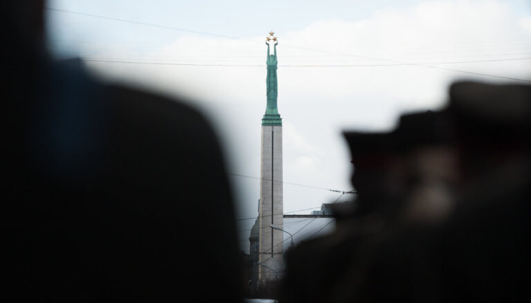 За справление малой нужды у Памятника свободы оштрафовали двух военных США