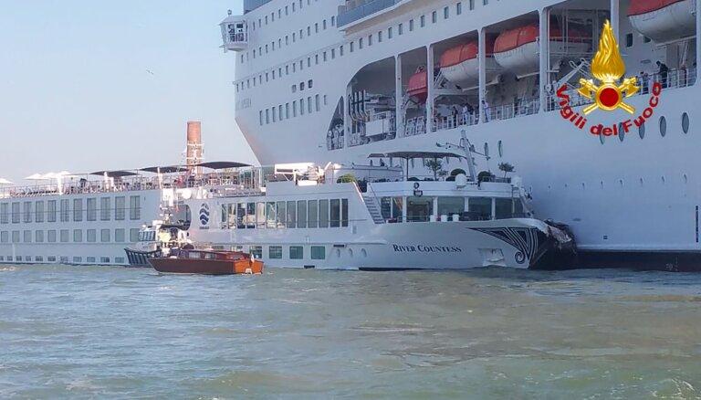 ВИДЕО. В Венеции столкнулись теплоход и гигантский круизный лайнер