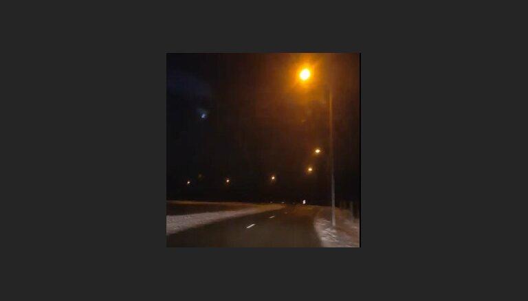 Aculiecinieka video: Bojājums Mārupes apgaismojumā rada svinību iespaidu