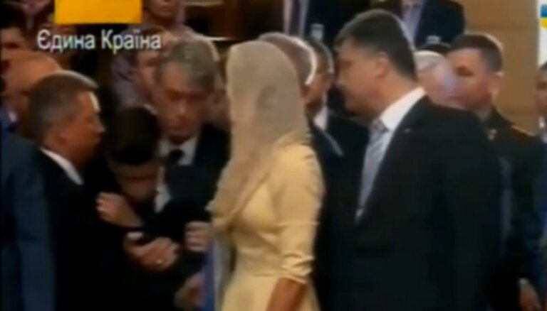 ВИДЕО: сын Порошенко упал в обморок во время молебна за Украину