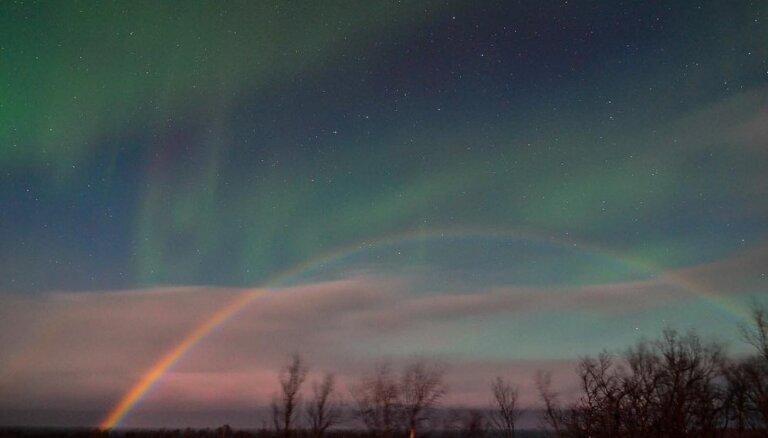 ФОТО. Удивительное рядом: фотографам удалось снять одновременно северное сияние и лунную радугу
