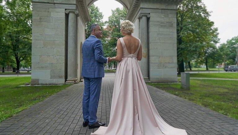 Hosams Abu Meri un Linda Krūmiņa apprecējušies