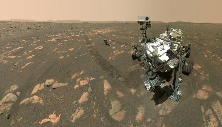 Divi draugi uz Marsa – NASA jaunais rovers iepriecina ar savu un drona pašbildi