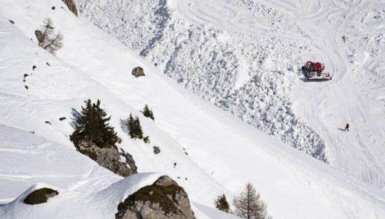 Negaidītā sniega lavīnā Šveices kūrortā viens bojāgājušais, bet trīs ievainoti