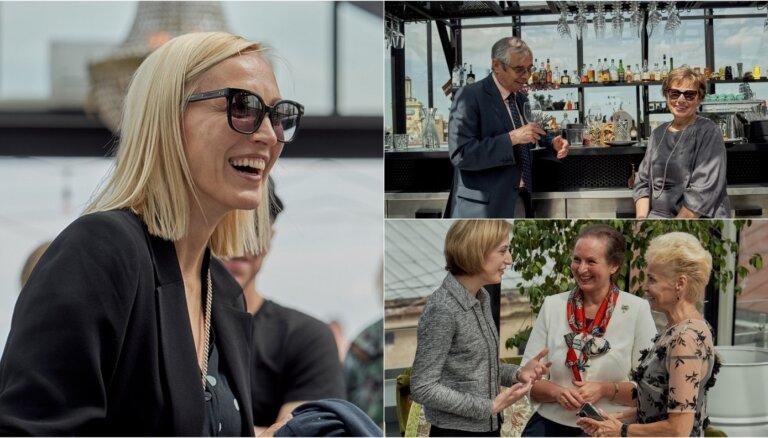 Foto: Izsmalcināta publika 'Herbārijā' bauda Gruzijas vīnus