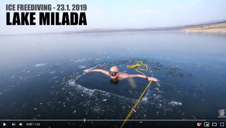 ВИДЕО. Фридайвер из Чехии проплыл подо льдом озера Милада