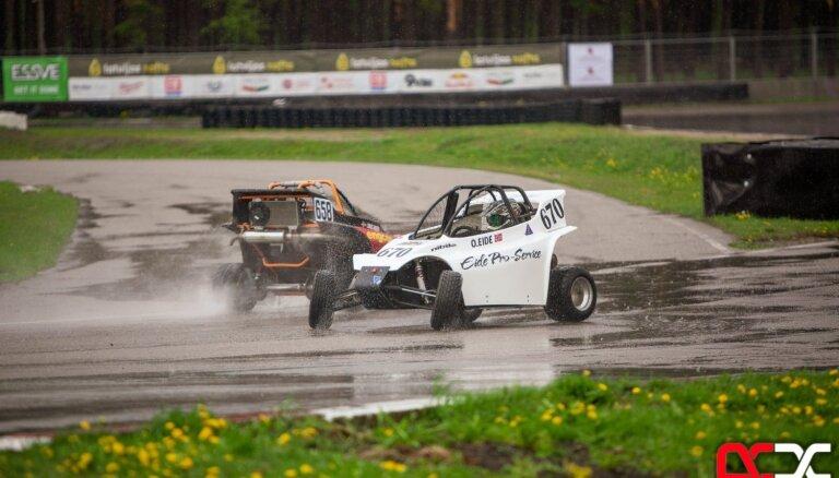 Foto: Lietus nodrošina spraigas cīņas pirmajā Latvijas Rallijkrosa čempionāta sacensību dienā