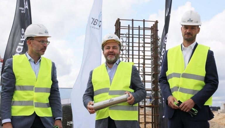 Foto: Sāk 18 miljonus eiro vērtā loģistikas parka izbūvi Rīgā