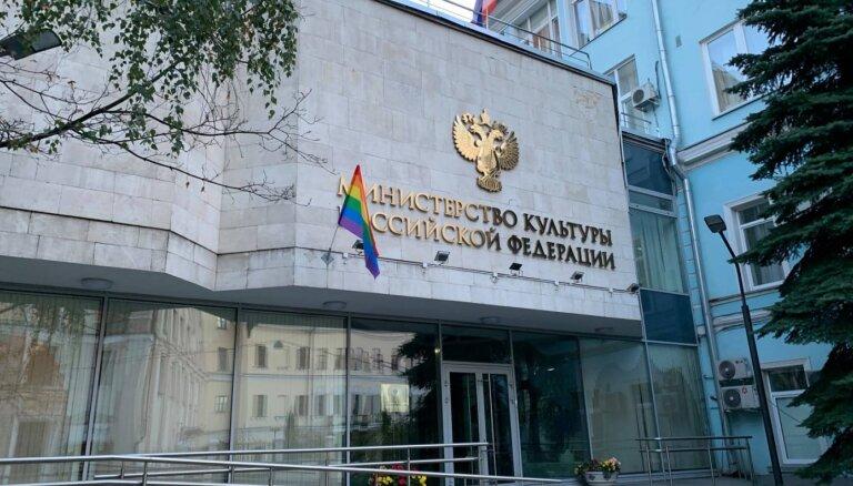 Maskavā par varavīksnes karogiem aizturēti jau astoņi 'Pussy Riot' aktīvisti
