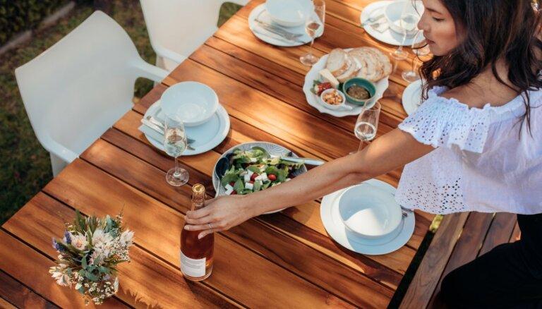 Ideja maija brīvdienām: ģimeniskas svētku pusdienas trīs kārtās