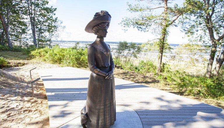 Foto: Jūrmalā atklāta jauna skulptūra 'Aspazija kāpās'