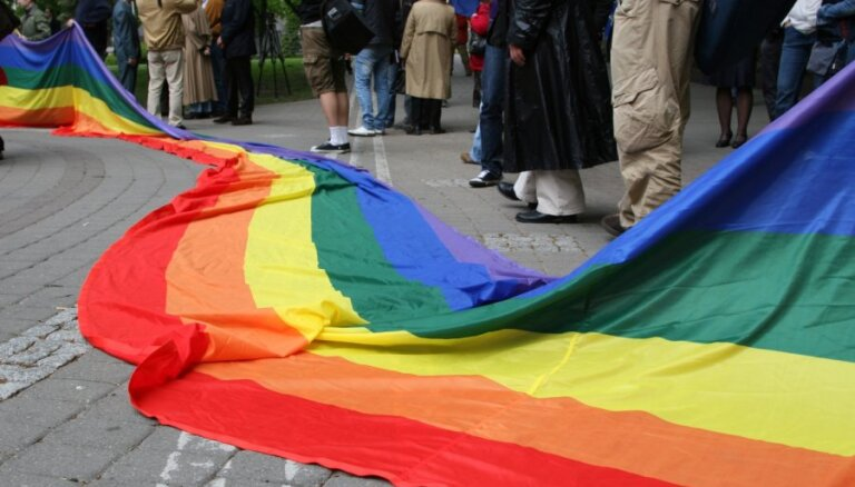 Tiesībsargs: viendzimuma partnerattiecības nav pielīdzināmas laulībai