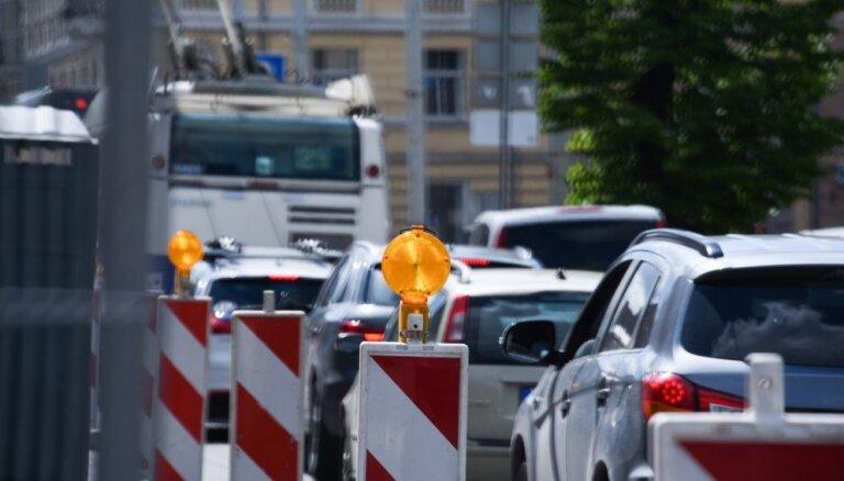 """В """"час пик"""" в районе Деглавского моста и на других улицах снова возникли пробки"""