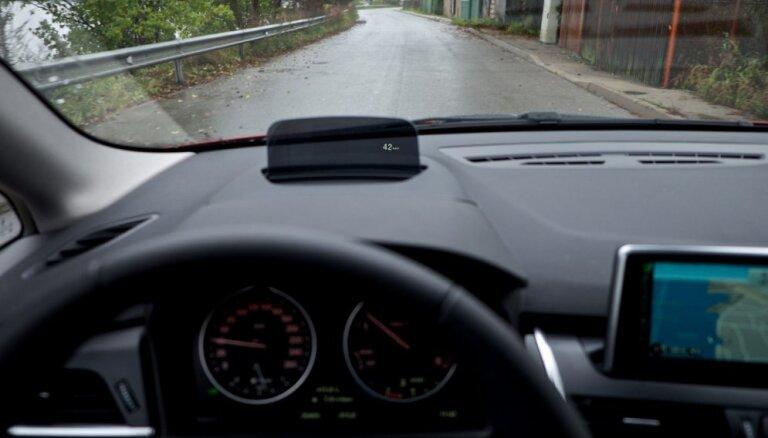 В Огре пьяные на BMW протаранили дерево: пострадала девушка