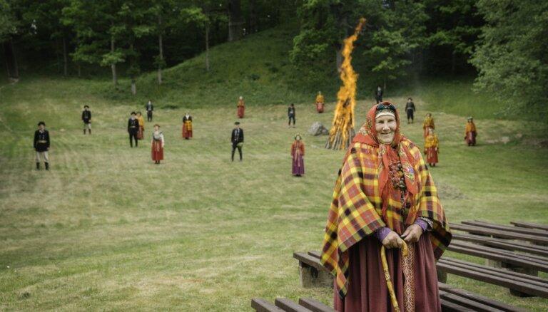 Noskaties! 'Auļi' apvieno folkloras kopas varenā Jāņu dziesmā