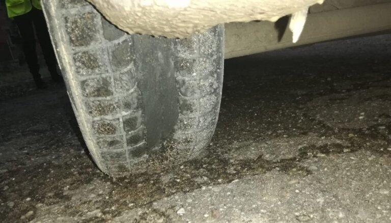 ФОТО: 28 машин в Курземе остались без техосмотра из-за неподходящих погоде шин