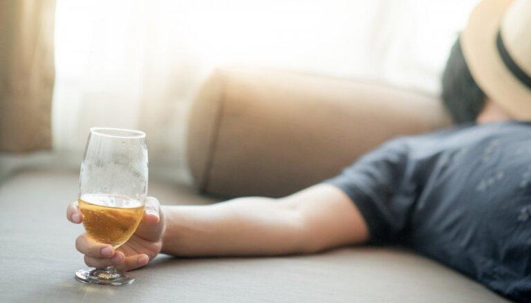 Katrs desmitais vīrietis Latvijā atzīst, ka cieš no alkohola atkarības
