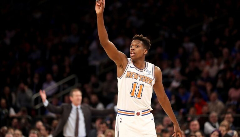 Porziņģa pārstāvētā 'Knicks' NBA mačā pārspēj 'Bucks' vienību
