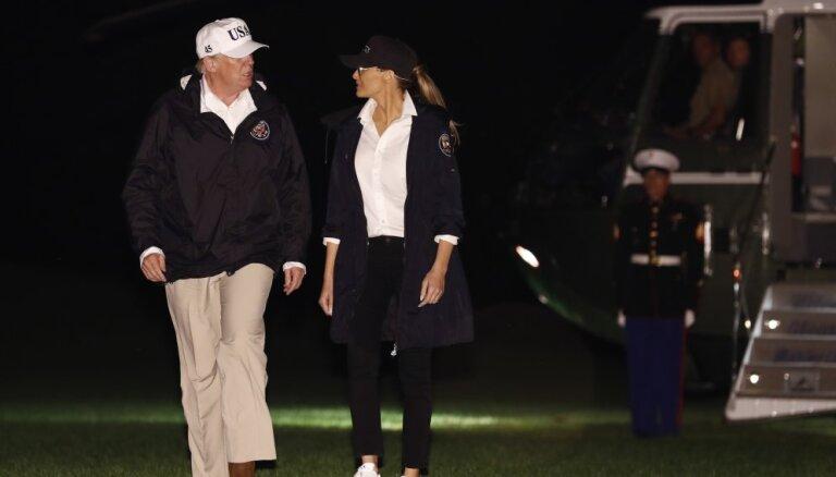 """Меланию Трамп упрекнули за туфли на шпильках в """"тонущем"""" Техасе"""