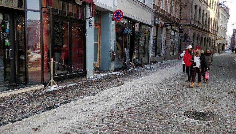 ВИДЕО: В Старой Риге мужчина скидывает снег на крышу соседа