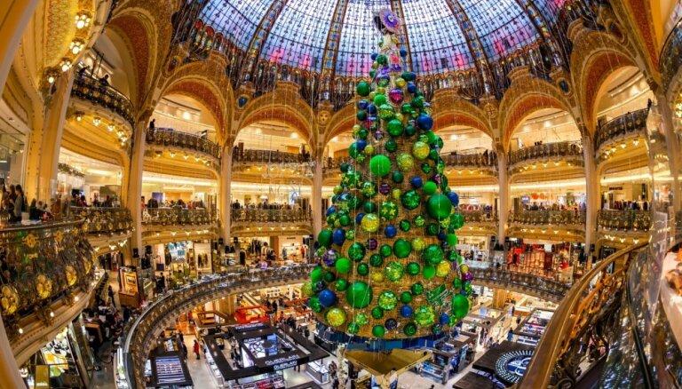 Tradicionāli greznas vai pavisam neparastas: iespaidīgākās Ziemassvētku eglītes pasaulē