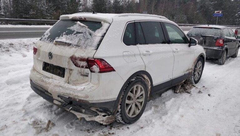 Foto: Par 'plikām' riepām Jūrmalā numurzīmes atņemtas ne tiem lētākajiem auto