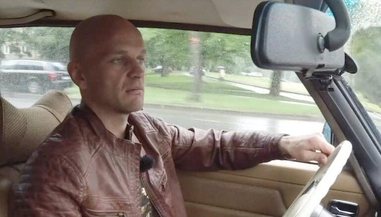 'Ātruma cilts' video: Dzelzītis vizina Timrotu ar 45 gadīgu 'Mercedes'