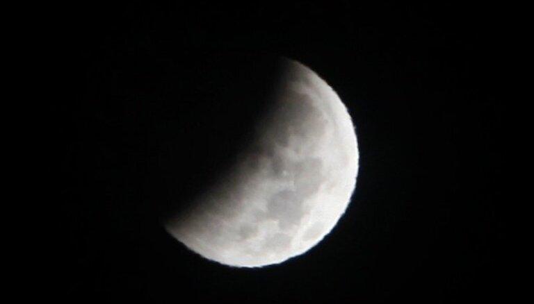 Pilns Mēness aptumsums un planētas – ko šogad varēs redzēt Latvijas debesīs