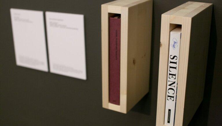 Foto: Atklāj trešo Artishok Biennāle 'A+B=AB14' mākslas darbu - grāmatu