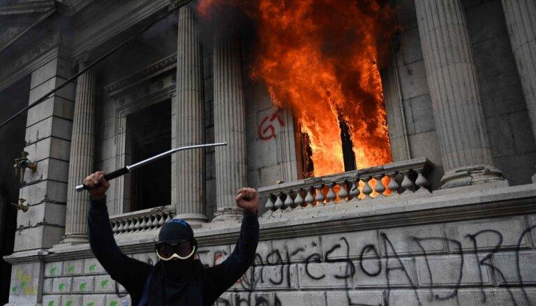 Gvatemalā protestētāji pret budžeta izdevumu samazināšanu aizdedzina parlamenta ēku