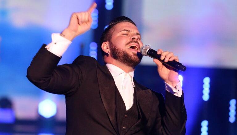 """ВИДЕО: Эмоциональное выступление Интара Бусулиса на """"Песне года"""""""