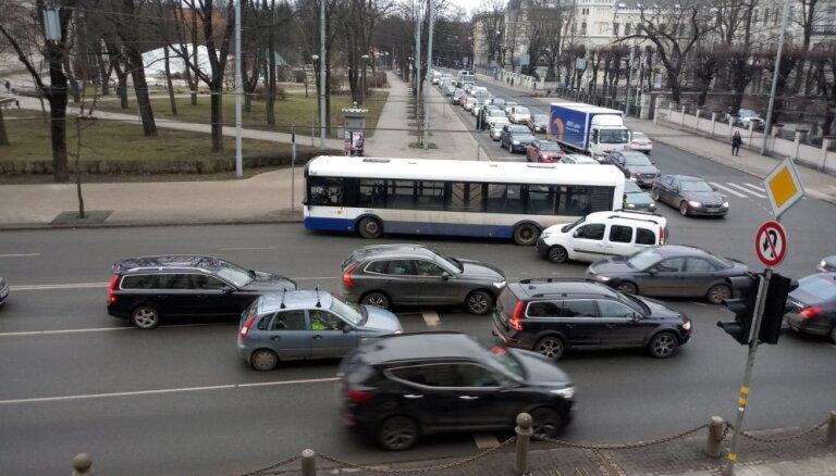Foto: Valdemāra ielā sadūries satiksmes autobuss un auto