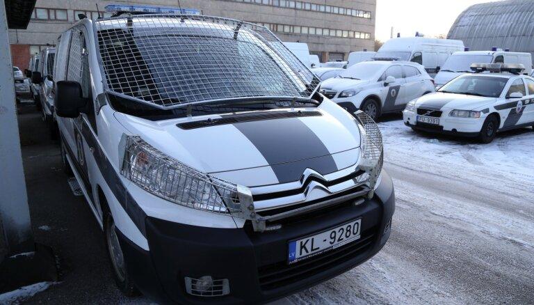 Par līgumam neatbilstošu auto piegādi policijai lūdz apsūdzēt divus uzņēmuma pārstāvjus