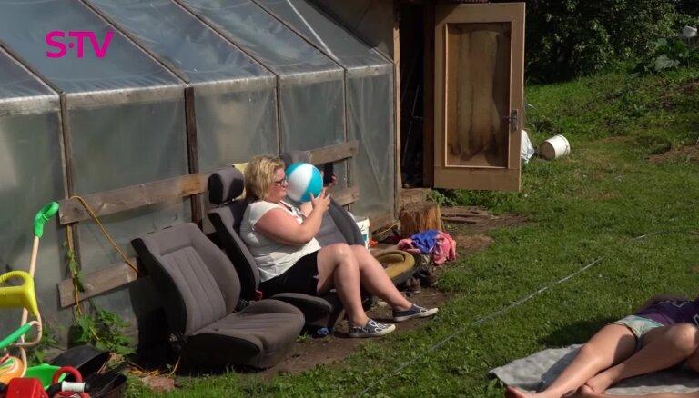 'Caur ērkšķiem uz...': Māsu Elvijas un Lailas stāsts