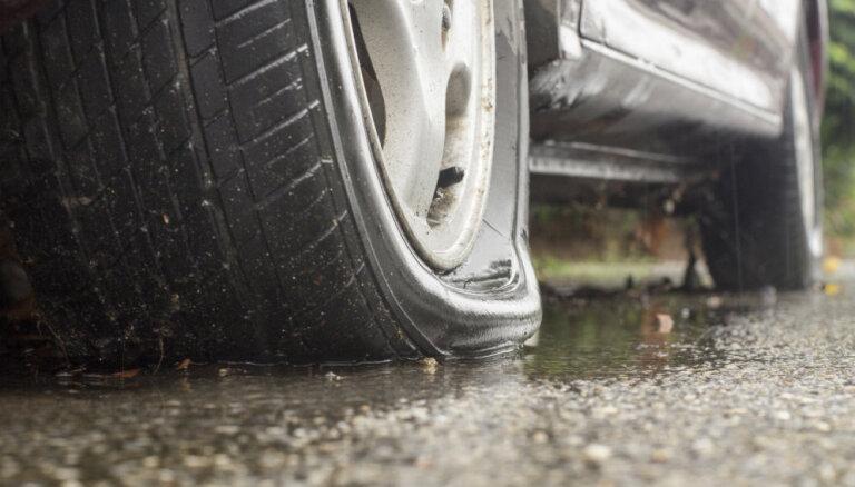 Pārdur riepu un apzog auto – policija aicina atsaukties šādas shēmas cietušos
