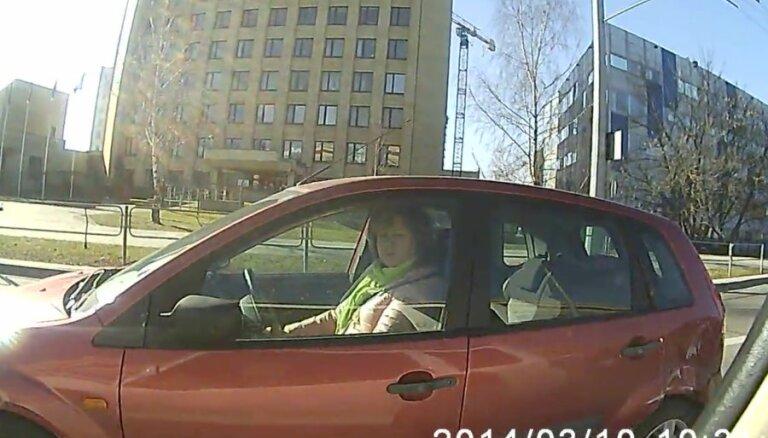 Lietuviešus pārsteidz ļoti agresīva autovadītāja