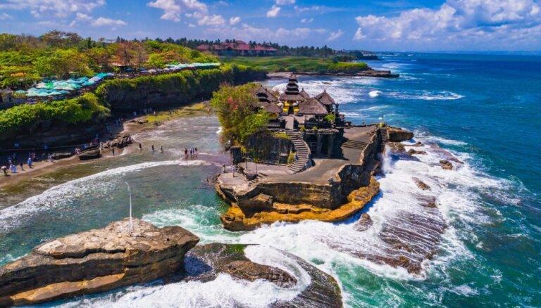 Templis Bali, kas atrodas uz nelielas klinšainas saliņas