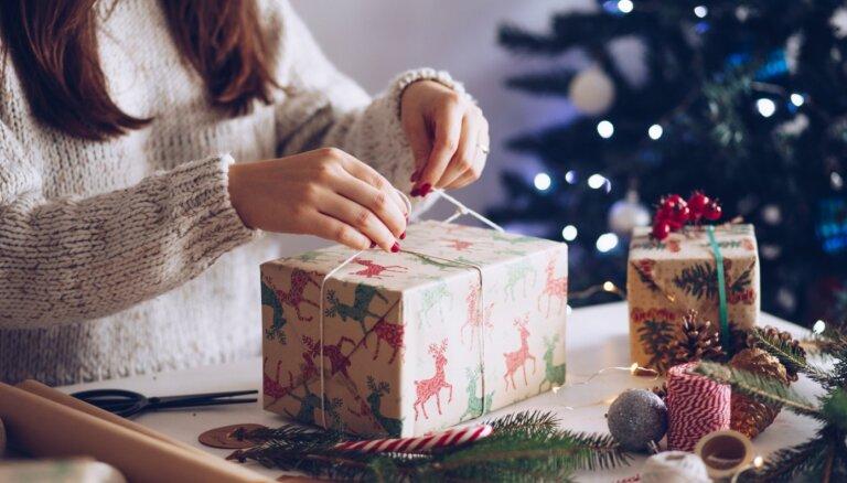 Ziemassvētku dāvanu meklējumos: ko zem eglītes likt sievietēm un vīriešiem