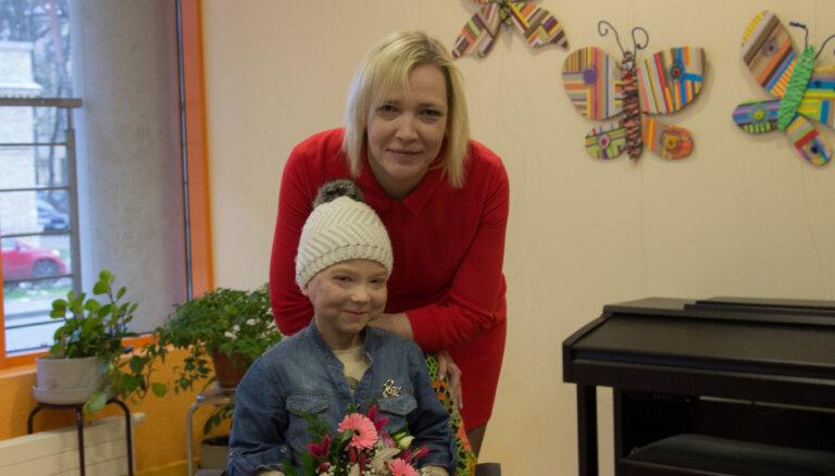 Bērnu slimnīcā aplūkojama ar vēzi slimas 12 gadus vecas meitenes skulpturālu tēlu izstāde
