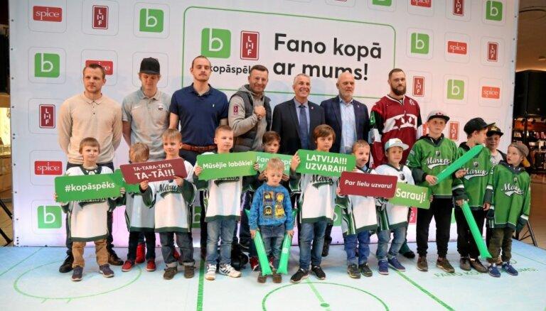Foto: Hokeja fanošanas meistarklasē uzmundrina Latvijas izlasi pirms spēlēm Pasaules čempionātā